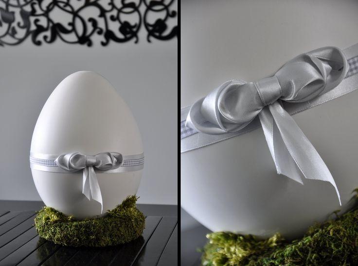 Wielkanocne gipsowe jajo na wianku z mchu