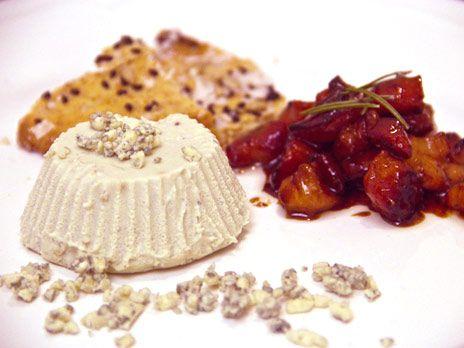 En spännande förrätt där den annars klassiska efterrätten pannacotta får ny smaksättning och ackompanjeras av honungssött sidfläsk och hembakat knäckebröd.