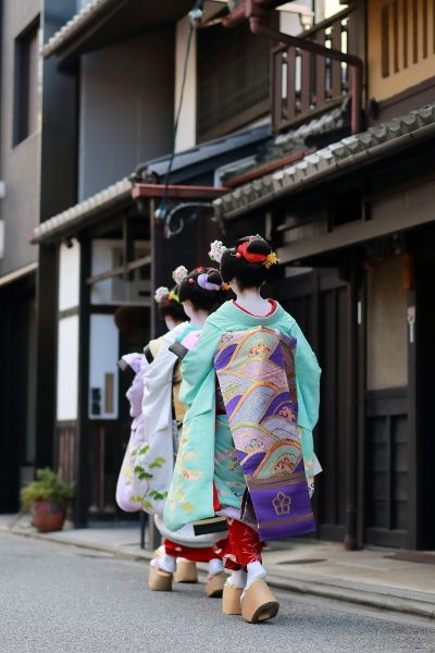 It is no uncommon to see Geisha or Maiko (apprentice Geisha) scurrying along the streets of Kyoto on their way to venues where they are entertaining