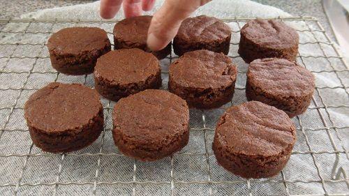Prăjitură raw coconegresă     Ingrediente :  100 gr. cocos răzuit uscat  80-100 grame semințe de cânepă  2 linguri cacao sau pudra de roșcove  1/2 linguriță vanilie  2-3 linguri miere sau sirop de agave    Topping :  2 linguri ulei de cocos netopit  1-2 lingurițe cacao sau pudra roșcove  1-2 linguri sirop de agave    Mod de preparare:      Se prepară toppingul astfel: se topește untul de cocos și se amestecă cu îndulcitorul și cu pudra de roșcove.    Se amestecă toate ingredientele într-un…