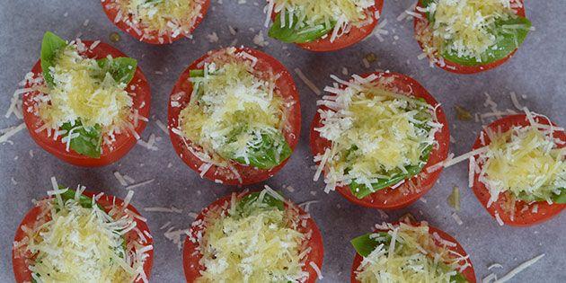 De halve tomater toppes med parmesan og basilikum eller andre krydderurter efter smag.