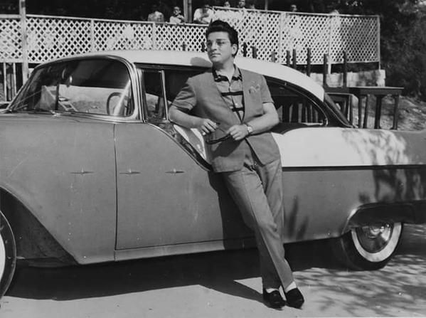 1950'lerde Zeki Müren Kilyos'ta çekilen bir film esnasında bir Amerikan otosu yanında...