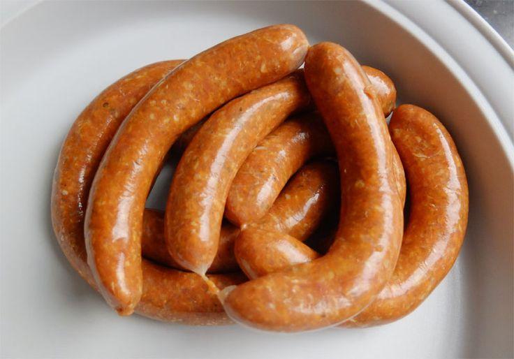 Zelfgemaakte chorizoworstjes zijn heerlijk op de barbecue of gewoon gebakken in de koekenpan. Maak ze naar wens met fijn of grof varkensgehakt. Ook lekker als tapa.