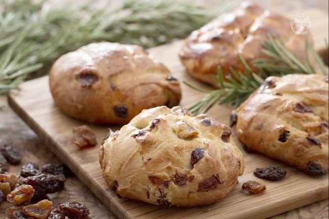 Il pan di ramerino è un pane dolce tipico della Toscana preparato con uvetta e olio aromatizzato al rosmarino, ramerino in toscano.