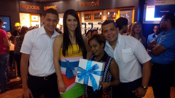 Nuestra tienda Orange de la Ave. Winston Churchill en Santo Domingo - República Dominicana, sorprendió a sus clientes con regalos mágicos, además los primeros 5 clientes en activar un móvil ALCATEL ONETOUCH obtuvieron 5 televisores TCL de 32 pulgadas.