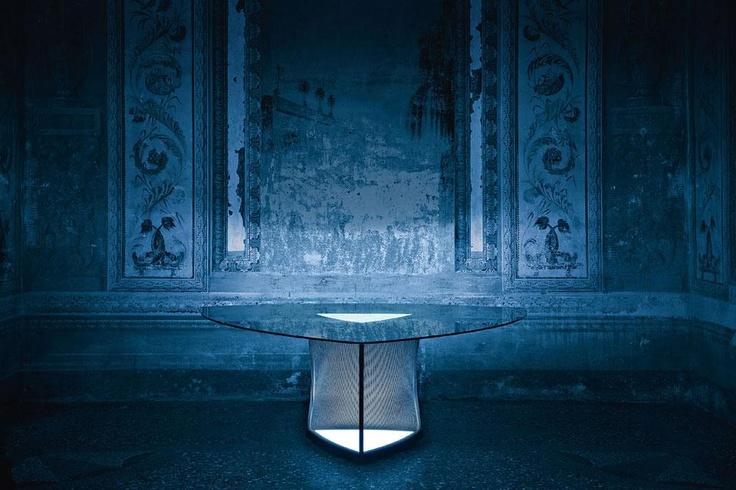 Il tavolo Plettro, design Thesia Progetti, presenta  delle sorgenti LED posizionate sotto il piano in vetro e a livello del pavimento (foto Beppe Brancato)