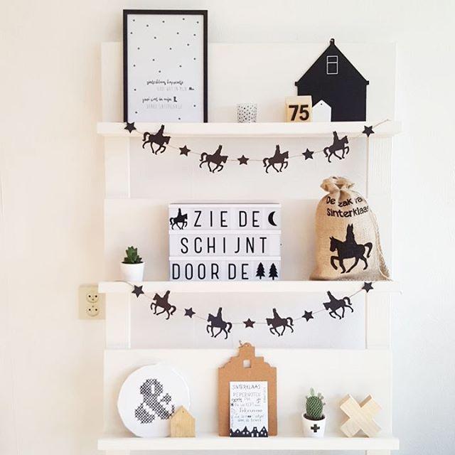 Wat sinterklaas decoratie op mijn rek. Toch wel beetje jammer dat we dit jaar voor het eerst niet aan sinterklaas doen... Het idee voor de leuke Sinterklaasslinger zag ik bij @kris_bykris.blogspot #sinterklaasdecoratie #zwartwithout #zwartwit #silhouettecameo #littlelovelylightbox #lightbox #huisjes #madebyjanet #leessign #pronkrek #tijdschriftenrek #sweettableshop #printable #101dingenrek