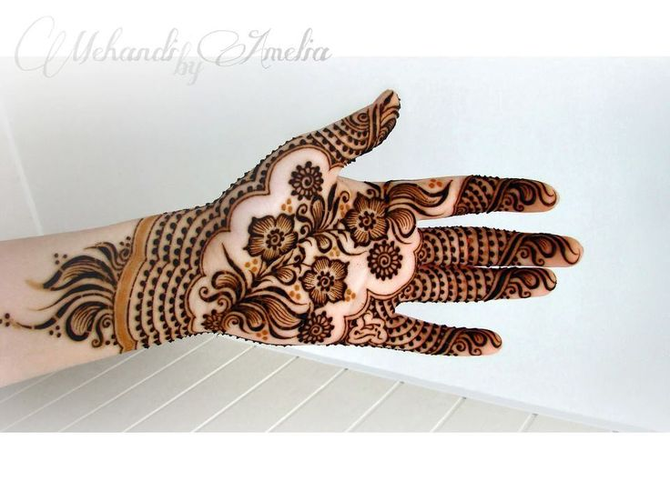 barber's wife usually applied henna on women. Most women from that time, in India, are depicted with their hands and feet adorned with henna, regardless of their social class and marital status.