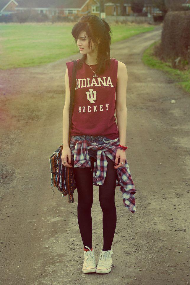 Camiseta regata • Short jeans • Camisa xadrez na cintura • Meia calça • Tênis cano médio