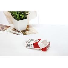 Cenicero Marlboro con las cenizas aparece la creatividad: vasos, tazas, botellas o cualquier envase vacío son utilizados a diario como depósitos de ceniza.  Para terminar con esta infamia, llega este original cenicero de cerámica esmaltada con forma de paquete de cigarrillos Marlboro.