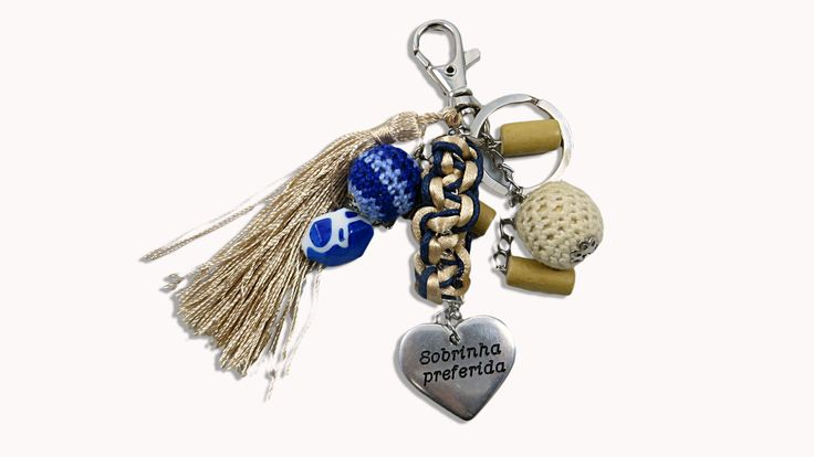 Keychain with macramé in wax wire, with silver metal medal, engraved with the name Tita and the phrase Preferred Niece on the back and some beads of varied colors. Ref. GRAV60