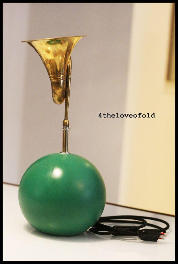 Lampada da tavolo con tromba.Ceramic green Table lamp from 50' with trumpet.