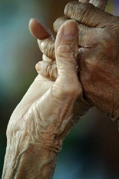 Biliyor musun çıtır çıtır kırdılar beni. Artık ne olursam olayım, asla eski ben olamayacağım. Gördüğü kötülüklerden sonra, eskisi gibi bakamayacak kadar değişti gözlerim. Tenimin dokusu değişti ve asıl tuhafı, ellerim yaşlandı bak! — Buket Uzuner