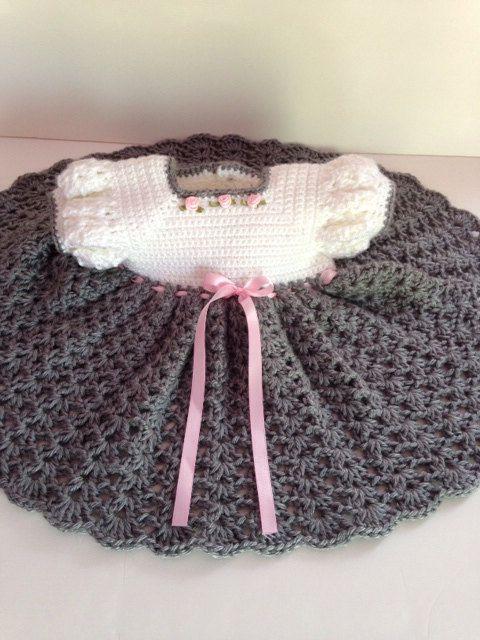 Fait à la main au Crochet robe de bébé - gris chiné et robe blanche bébé taille 3-6 mois. Une robe spéciale parfaite tenue pour toute occasion, des photos fantastiques et des souvenirs de famille. Cette robe possède un corsage blanc orné de 3 crocheté à partir de fil 100 % doux bébé, cousu en roses petit ruban rose et la jupe grise douce réalisée dans une maille fluide de coquillage pour volant supplémentaire. Le bas des manches encolure et manches sont garnis de correspondance gris et un…