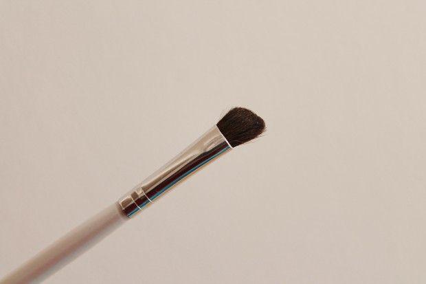 #1809 Schuine oogschaduwkwast http://www.eyeslipsface.nl/product-beauty/schuine-oogschaduwkwast