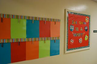 Un affichage permanent avec des pinces à linge pour exposer facilement les travaux des élèves