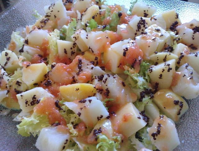 Amanida de patates amb pell, bacallà i escarola amb tomàquet i olivada
