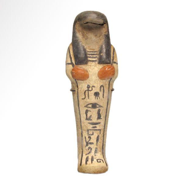 """Egyptische witte Faience Shabti met Inlays voor de Meesteres van het huis In-Hui 145 cm H-  Ouderwets in witte faience met haar hoes en hiërogliefen in zwarte underglaze met uitsparingen voor het gezicht en de handen die zijn ingelegd in rood glazuur faience (gezicht nu ontbreken). Exquise details.De hiërogliefen lezen: (sHD Wsjr nbt-pr Jnjwhy)""""Lichtdoorlatende gedeelte van de Osiris de Meesteres van het huis Iniuhy.""""De naam is een variant van de nht persoonlijke naam """"Nehet"""" en betekent…"""