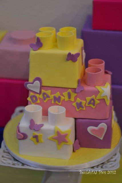 Do you want to surprise your LEGO fan with a special cake? This neatly decorated piece of deliciousness could be right out of Mia's bakery from Heartlake City! Make this birthday cake in your own home out of square pieces that you can easily decorate to transform them into LEGO bricks.