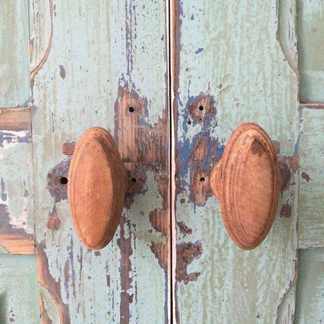 Oude #deurknoppen gevonden bij @loodsg Die passen weer perfect op onze maatwerkkasten #interieurinspiratie #interieur #industrieel #oudedeuren #fabrieksdeuren #binnenkijker #loodsg #deuren #paneeldeuren