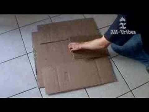 http://www.videopedia.nl    Hoe kan je t-shirts vouwen door een doos te snijden en daarvan een 'vouwmachine' te maken.