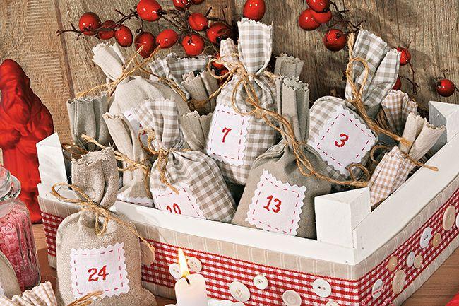 24 Adventsüberraschungen in einer Kiste: Mit unserer Nähanleitung für diesen besonderen Adventskalender kann der Countdown bis Weihnachten starten! Anstelle von öden Adventskalender-Türchen zeigen wir dir, wie du hübsche Geschenksäckchen selber nähst und in einer weihnachtlichen Kiste verpackst. Das wirst du brauchen – Für die Säckchen: verschiedene Stoffe in Beige (10 x 30 cm je Säckchen) …