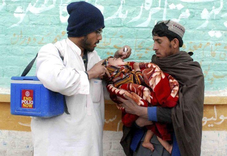 Agente de saúde paquistanês ministra vacina contra a pólio em Chaman. O Paquistão confirmou o primeiro registro da doença em 2015, após um ano com marca recorde, com 303 casos (Foto: Akhter Gulfam/EFE) - http://epoca.globo.com/tempo/filtro/fotos/2015/01/fotos-do-dia-20-de-janeiro-de-2015.html