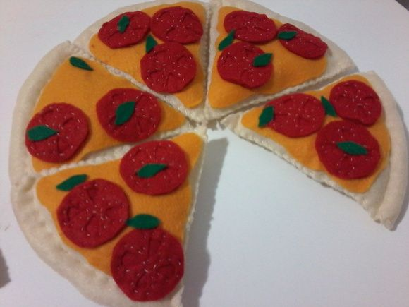 fatia de Pizza de feltro , com fatia de queijo , tomates e folhas de oregano. R$ 5,00