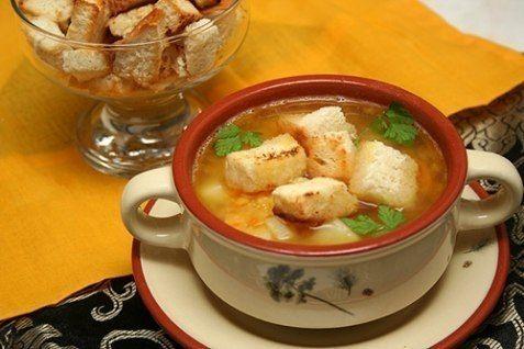 Гороховый суп с копчёностями   Ингредиенты: копченые свиные ребрышки 2,5 литра воды 1 стакан гороха 3 шт. картофеля  1 луковица 1 морковь соль зелень