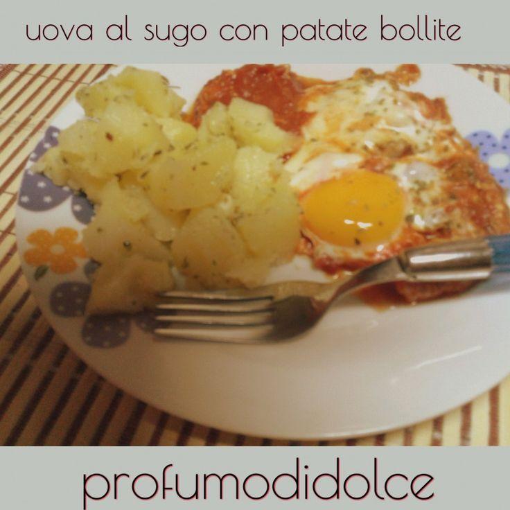 Le uova al sugo con contorno di patate sono buone a pranzo e a cena.