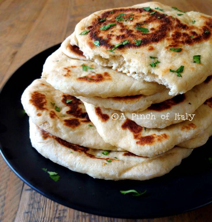 Pane Naan, gustoso, profumato, velocissimo da preparare e super facile, perfetto per una cena indiana con i fiocchi! Come viaggiare rimanendo a casa propria