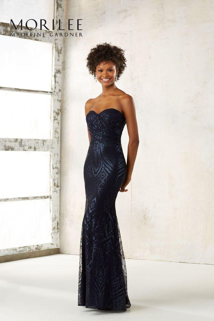 Elegancka, dopasowana suknia wieczorowa Mori Lee. Dopasowana linia, idealnie podkreśli kobiece kształty. Drapowanie w okolicy biustu optycznie go powiększy. Wyszywane …