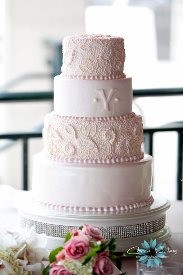 Love the lacey piping contrasted with the