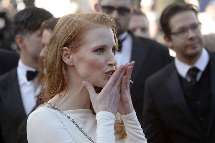 E il vezzo imperante, in questa edizione del Festival di Cannes. Baciare - il pubblico, i fotografi, a distanza - o baciarsi: tra coppie celebri, come Nicole