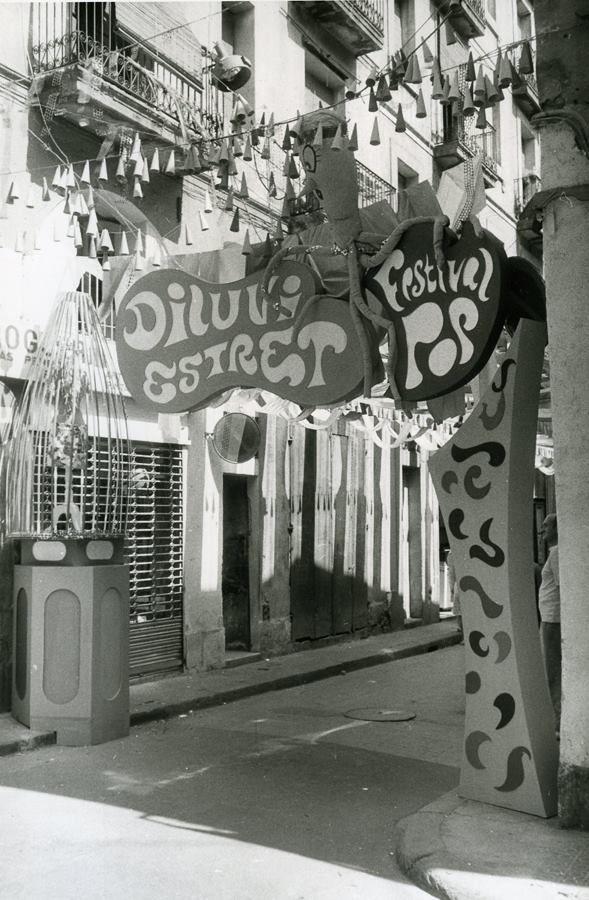 Barcelona 1970.Festa Major de Gràcia. Carrer Diluvi guarnit. AFB. Pérez de Rozas