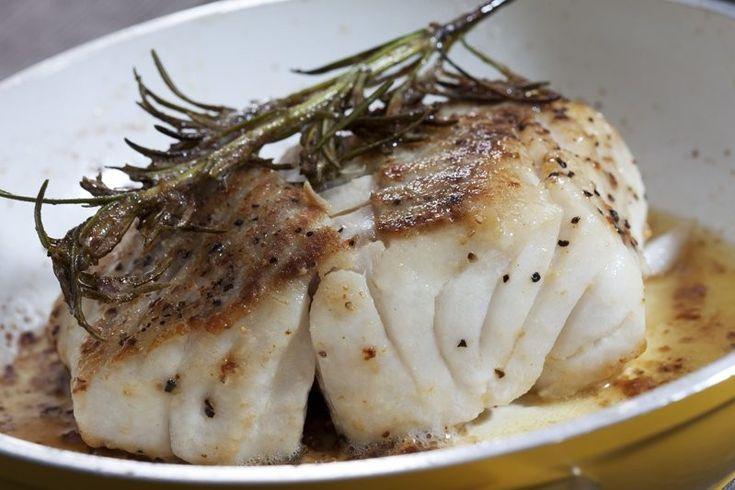 I filetti di merluzzo in padella al limone sono un secondo piatto molto semplice e gustoso. Ecco la ricetta e lavariante alla mediterranea con pomodorini