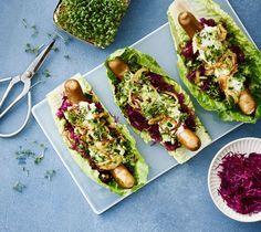 Giv de hjemmelavede hotdogs et anderledes tvist ved at servere dem i et saftigt grønt salatblad i stedet for det vanlige pølsebrød. Det er sprødt og nemt - og tilmed sundt!