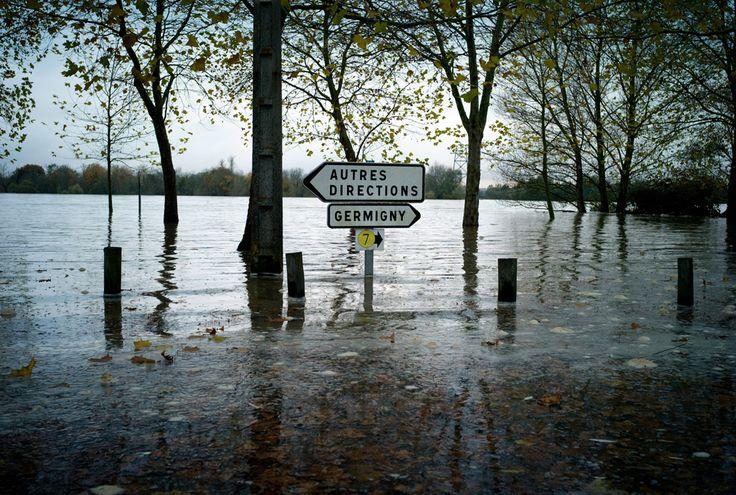 Două indicatoare de circulaţie de pe o stradă inundată de fluviul Loara, după o ploaie torenţială, pot fi văzute în localitatea Fourchambault din centrul Franţei, joi, 6 noiembrie 2008. (  Jeff Pachoud / AFP  ) - See more at: http://zoom.mediafax.ro/nature/ziua-pamantului-partea-a-ii-a-10790206#sthash.GW1DDi0E.dpuf