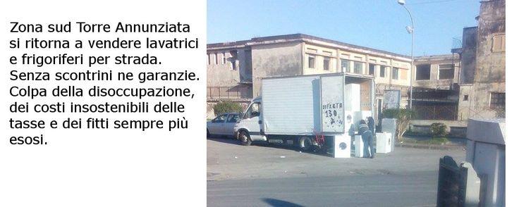 Torre Annunziata - vendita per strada di frigoriferi e lavatrice: No, oggi in Italia c'è disoccupazione anzi, c'è povertà. A Torre Annunziata c'è solo pover