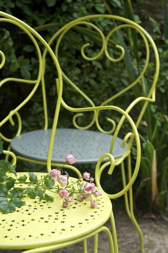 table et chaises de jardin en fer forgé peint