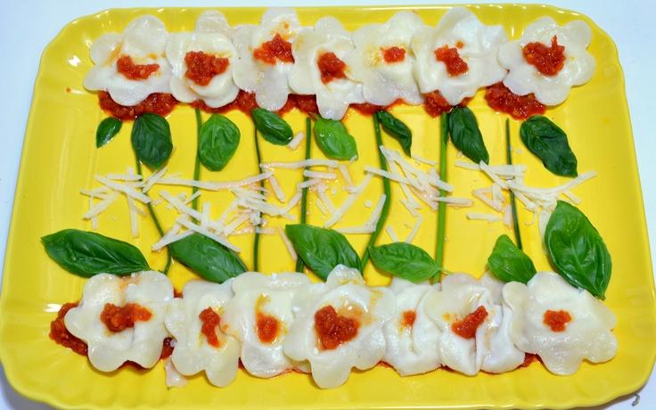 FIORI DI PASTA AL FORMAGGIO  Anna Baresi   Ingredienti per la pasta:  300 grammi di farina 00  3 uova   acqua qb  Ingredienti per il ripieno:  300 grammi di scamorza dolce  1 patata media  Ingredienti per il sugo:  1 scatola di pomodori a pezzi  2 cucchiai di olio di oliva  2 cucchiai di verdure per soffritto (cipolla, carota e sedano)  sale e pepe  1 cucchiaio di zucchero  basilico fresco  100 grammi di formaggio grattugiato per condire.  #Golositalita #enogastronomia #cibo #Brescia