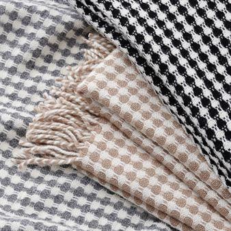 Pearl är en härlig och varm ekologisk lammullspläd från Klippan Yllefabrik. Filten Pearl finns i tre stiliga färger, ljusgrå, svart samt beige. Pläden är gjord av ekologisk lammull och den är perfekt att ge bort som en uppskattad gåva eller present till nära och kära.
