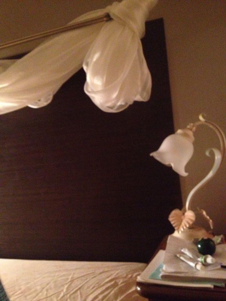 Интересный и романтический уголок спальной комнаты, изголовье кровати.