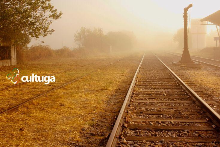 Uma linha de trem antiga localizada ao lado de uma estação desativada em Castelo de Vide, na região do Alentejo. Sabe o que ainda é mais curioso? Você pode se hospedar nessa estação e acordar com essa paisagem bucólica! Roteiro de Viagem   Portugal