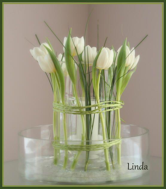 bloemstuk zelf maken met bloemen naast de vaas