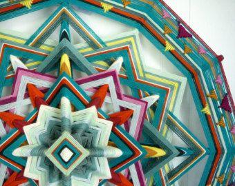 De kalmerende paars, heather grays en teals van deze mandala roepen een gevoel van vrede, terwijl het rode centrum energie en vitaliteit geeft. Als wij als mensen bevat deze mandala tegenstrijdigheden op harmonie binnen één geheel.  Ik kijk uit naar het herscheppen van deze mandala om te voldoen aan uw specificaties