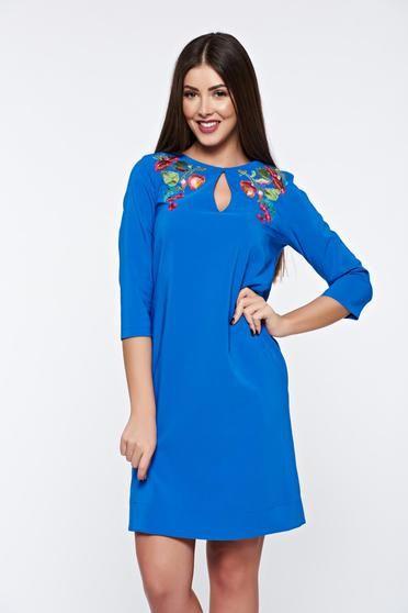 Rochie LaDonna albastra eleganta cu croi larg din material fin la atingere cu broderie - http://hainesic.ro/rochii/rochie-ladonna-albastra-eleganta-cu-croi-larg-din-material-fin-la-atingere-cu-broderie-014844f28-starshinersro/