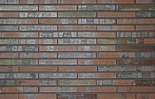 """Das gestreckte Format der Sortierung """"Lübeck"""" orientiert sich an der edlen Optik alter römischer Ziegelplatten und erzeugt ein fein strukturiertes Fassadenbild."""