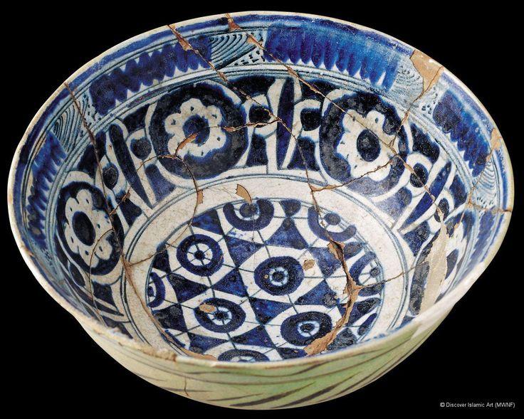 """rken Osmanlı """"Milet işi """" kase / Early Ottoman """"Miletus Ware """" bowl Provenance : İznik / Date : Hegira 8th –9th centuries / AD 14th –15th centurie / Period : Early Ottoman / Technique: Red paste with white slip and blue-and-white decoration, a type known as 'Miletus ware'. / Dimensions: Height: 27 cm, Diameter: 14 cm ================== 14-15. yüzyıl Erken Osmanlı Dönemine ait Milet İşi olarak adlandırılan seramik kâse kırmızı hamurlu, beyaz astarlı ve mavi-beyaz dekorludur."""