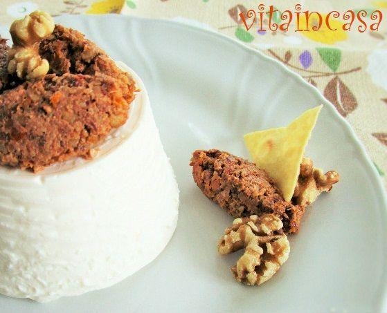 Il patè di pomodori secchi e noci è furbo perché si prepara con soli 3 ingredienti e inoltre si può usare in vari modi.